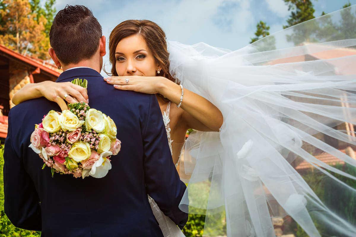 Моменти от сватбата на З&Г. Сватбена фотография от добър професионален фотограф Иван Банчев.